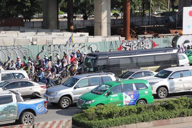 Thời tiết nắng nóng trở lại cộng với cảnh kẹt xe khiến người dân Sài Gòn khởi đầu ngày mới rất vất vả.