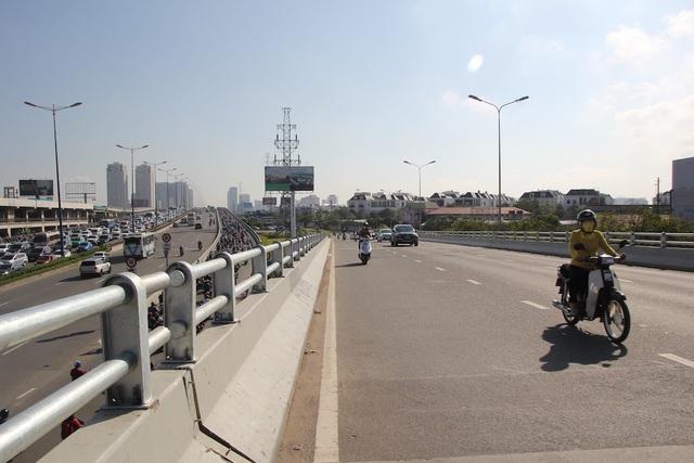 Trong khi đó, cầu vượt Nguyễn Hữu Cảnh hướng về đường Tôn Đức Thắng khá thưa thớt.