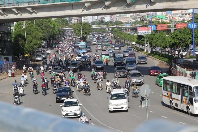 Dòng xe từ giao lộ Điện Biên Phủ - D1 hướng về quận 9, Thủ Đức đông nhưng vẫn có thể di chuyển.