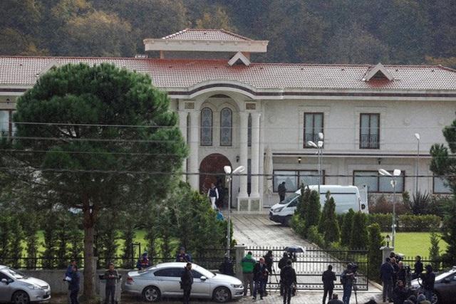 Cảnh sát Thổ Nhĩ Kỳ khám xét căn biệt thự nằm tại một khu vực hẻo lánh gần TP Yalova để tìm kiếm thi thể của nhà báo Jamal Khashoggi. Ảnh: Reuters