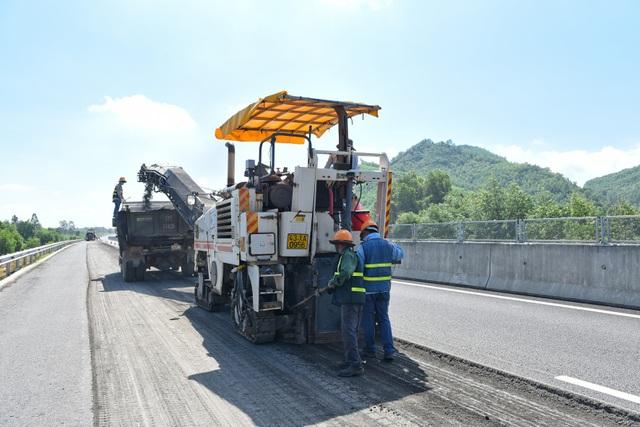Sau khi sửa chữa ổ gà, đến nay VEC lại tiếp tục tiến hành bù lún trên một số cầu, cống trên tuyến cao tốc Đà Nẵng – Quảng Ngãi