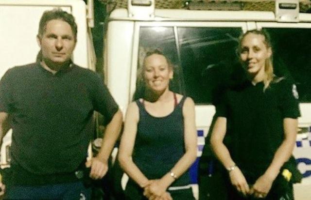 Bà mẹ 40 tuổi (giữa) đã xé chiếc áo phông của mình và thấm nước rửa xe để uống