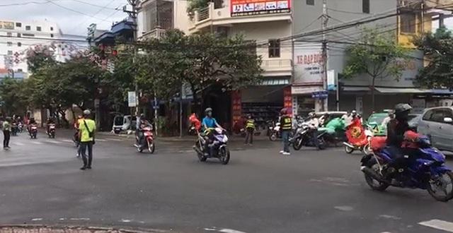 Một số thành viên trong đoàn phượt xuống chặn đường cho đoàn xe đi qua như xe ưu tiên, vượt cả đèn đỏ (ảnh cắt từ video)