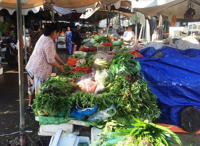 Một sạp kinh doanh rau tại chợ Hòa Hưng (quận 10) đang bán rau với giá tăng từ 1.000 – 2.000 đồng/1kg so với ngày bình thường.