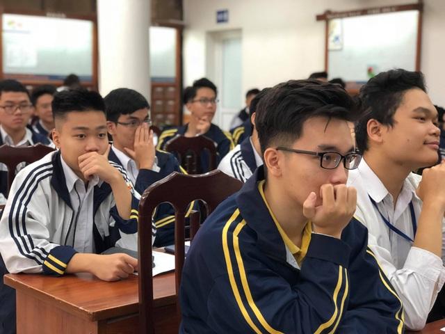 Thí sinh lo lắng về chọn nghề thế nào cho khỏi thất nghiệp? (Học sinh trường THPT Việt Đức tại buổi tọa đàm)