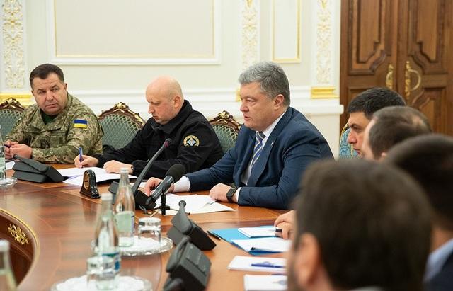 Tổng thống Pyotr Poroshenko (giữa) chủ trì phiên họp của Hội đồng Quốc phòng và An ninh Ukraine ngày 26/11. (Ảnh: EPA)