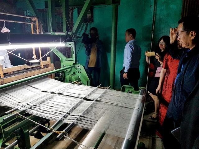 Máy dệt lụa được hỗ trợ từ Chính phủ Hàn Quốc bàn giao cho làng lụa Mã Châu