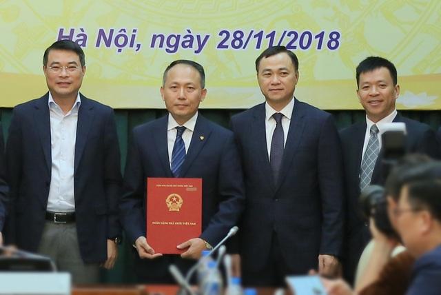 Ông Hàn Ngọc Vũ - Tổng Giám đốc VIB (giữa) nhận quyết định về việc áp dụng Basel II