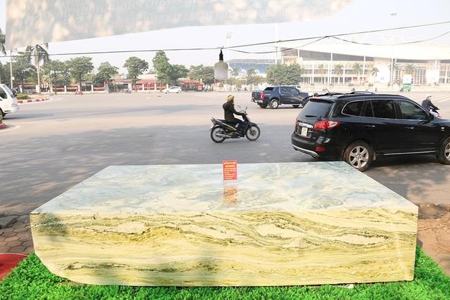 Phiến ngọc nặng 16 tấn được khai thác tại Suối Giàng, Văn Chấn (Yên Bái)