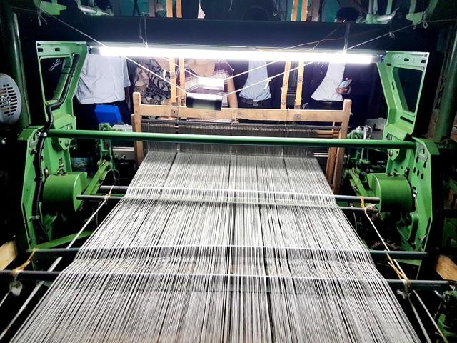 Sản phẩm lụa Mã Châu được dệt từ những máy dệt do Hàn Quốc hỗ trợ