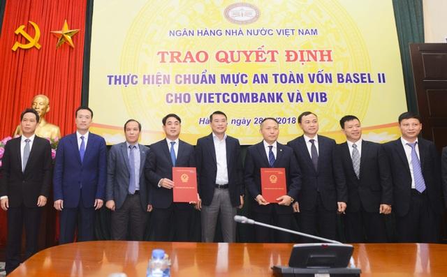 Thống đốc NHNN Việt Nam Lê Minh Hưng (đứng giữa) cùng Phó Thống đốc NHNN Đoàn Thái Sơn (thứ 3 từ trái sang) chúc mừng và chụp ảnh lưu niệm cùng Ban Lãnh đạo Vietcombank và các đại biểu