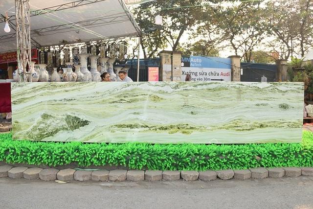 Để vận chuyển được tấm ngọc này xuống Hà Nội, anh Việt phải thuê xe cẩu 25 tấn với chi phí gần 150 triệu.