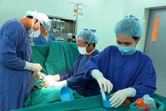 Các bác sĩ Bệnh viện Đa khoa Quốc tế Vinmec phẫu thuật cho Bảo Nam