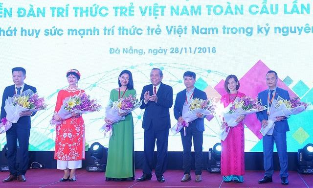 Phó Thủ tướng Trương Hoà Bình tặng hoa cho các trí thức trẻ về dự Diễn đàn Trí thức trẻ Việt Nam toàn cầu