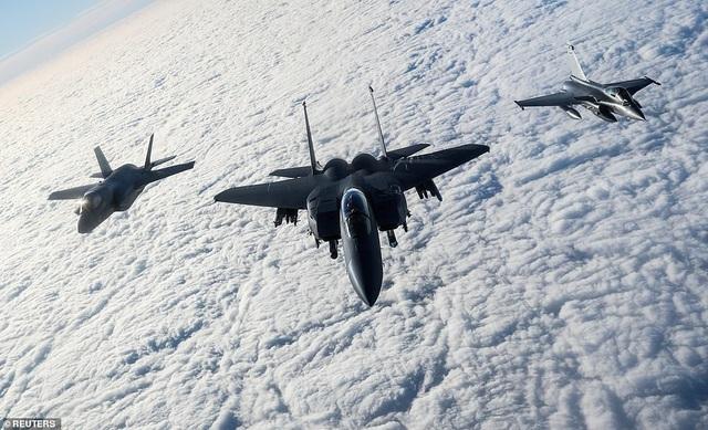 Máy bay chiến đấu F-35B của Anh, F-15 của Mỹ và Rafale của Pháp bay qua Eo biển Anh trong cuộc tập trận Point Blank (Ảnh: Reuters)