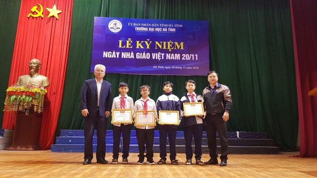 Từ trái qua phải 4 em học sinh Đặng Sỹ Trường Huy, Đậu Việt Long, Nguyễn Văn Tiến Chiến và Trương Hữu Ngọc Châu đã được nhà trường tặng Giấy khen