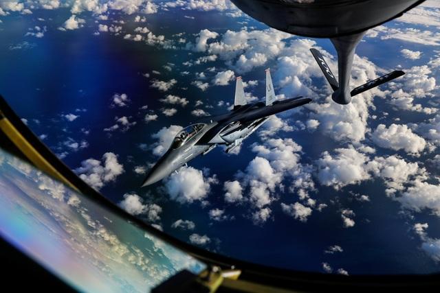 Cận cảnh màn tiếp dầu của KC-135 với máy bay F-15