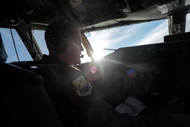 Một phi công máy bay KC-135 điều khiển trong buồng lái