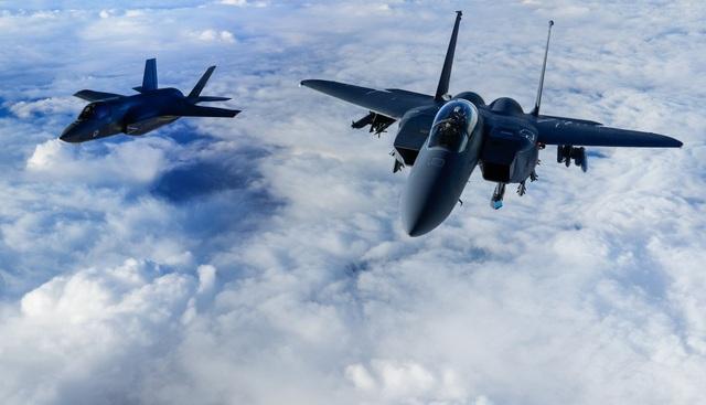 Máy bay F-35B của Anh bay gần máy bay F-15E của Mỹ