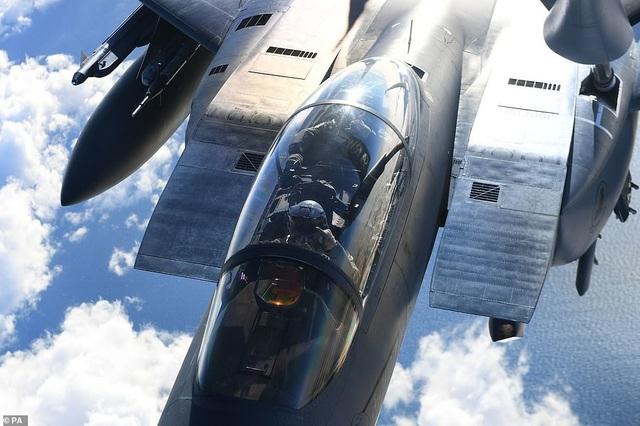 Máy bay chiến đấu F-15 đang được máy bay KC-135 tiếp dầu