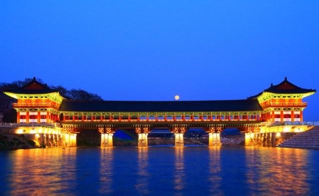 Đây là cây cầu mang vẻ đẹp kiến trúc của một cây cầu cổ. Cây cầu được khánh thành vào tháng 04 năm 2018. Nhiều du khách đến tham quan và chụp ảnh lưu niệm tại cây cầu này. Đặc biệt, nhiều nhiếp ảnh gia đã đến tham quan và chụp cảnh cây cầu phản chiếu dưới mặt nước trong đêm tuyệt đẹp.