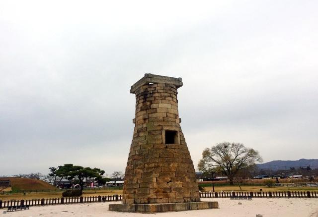 Hiện tại, Chiêm tinh đài hơi nghiêng về phía Đông vì thời chiến tranh, xe tăng đi qua nhiều gây chấn động. Có một điều kì diệu là trải qua những năm tháng chiến tranh và mới nhất là một trận động đất vào năm 2017 nhưng Chiêm tinh đài vẫn còn nguyên vẹn. Trong những cuốn sách lịch sử của Hàn Quốc cũng dễ dàng bắt gặp hình ảnh của Chiêm tinh đài.