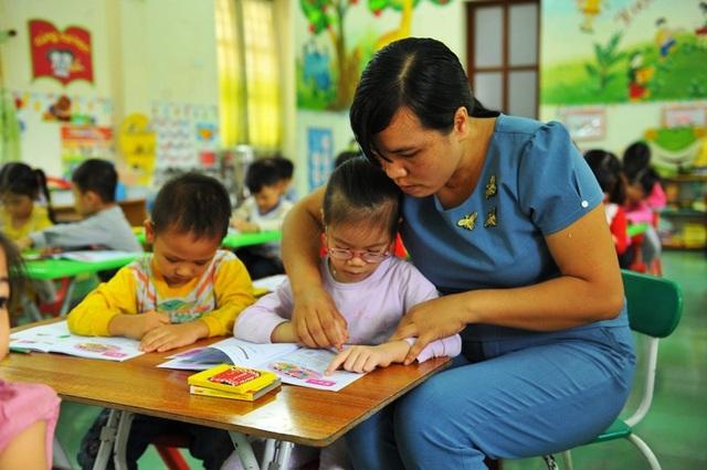 Bằng tấm lòng yêu nghề, quý trẻ, cô Nhung vượt qua mọi khó khăn, gắng đạt được những thành tích tốt nhất trong nghề giáo.
