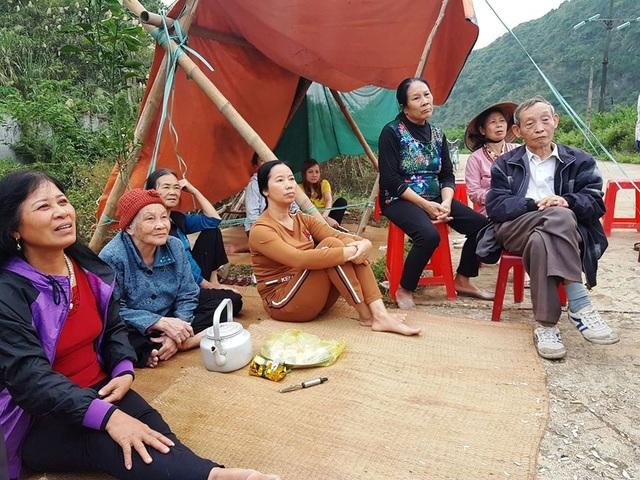 Người dân dựng lều phản ứng kịch liệt việc xây dựng dự án Đài hóa thân hoàn vũ Việt Đức tại Thung Lang, thành phố Tam Điệp, Ninh Bình (ảnh: Thái Bá).