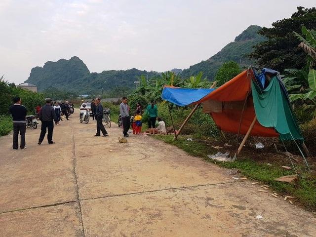 Nhiều ngày qua, người dân dựng lều bạt, mang chiếu, ghế nhựa ra sát khu đất túc trực để ngăn không cho chủ đầu tư khởi công dự án.