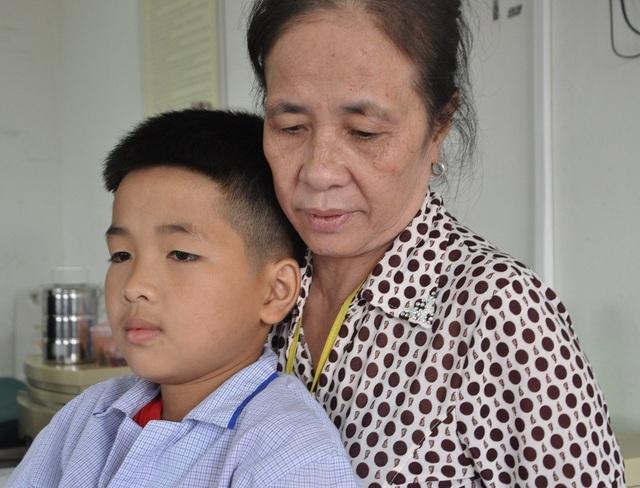 Tác Tuấn bị căn bệnh máu khó đông nên phải thường xuyên lên bệnh viện.