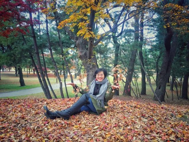 Chị Hương Ly - du khách đến từ Việt Nam choáng ngợp bởi sắc lá cuối mùa thu.