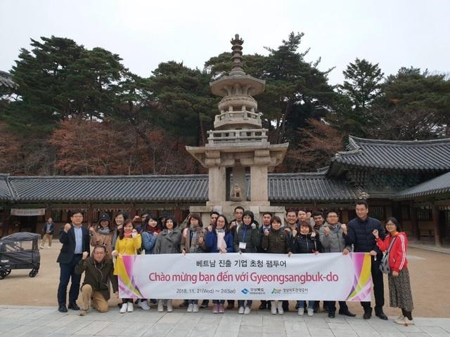 Các du khách Việt Nam và Hàn Quốc tham quan Phật Quốc Tự.