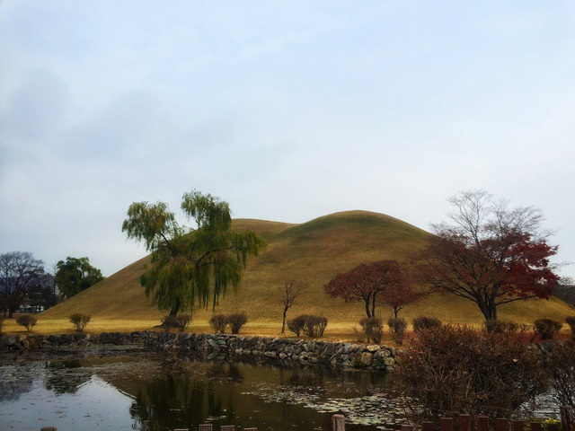 Quần thể hơn 20 lăng mộ gồm rất nhiều các lăng mộ hoàng tộc này nằm trong số 200 lăng mộ của khu di tích lịch sử Gyeongju.