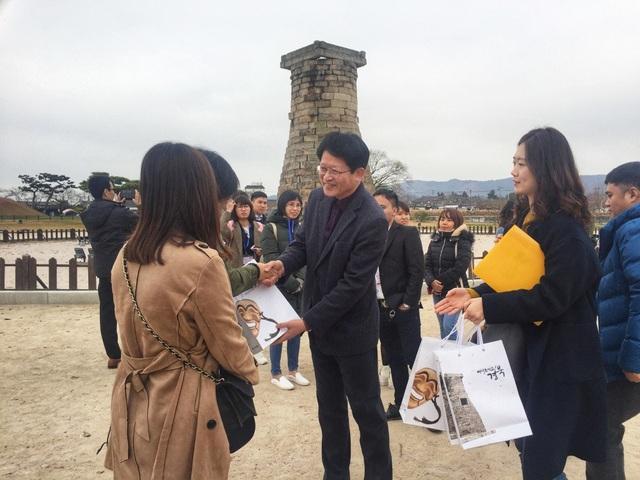 Ông Lee Jai Choon - Giám đốc Cục Du lịch Hàn Quốc tặng quà cho du khách Việt đến tham quan tại Chiêm tinh đài. Ông kỳ vọng, trong tương lai sẽ được đón thêm nhiều du khách Việt hơn nữa đến với Gyeongsangbuk-do.