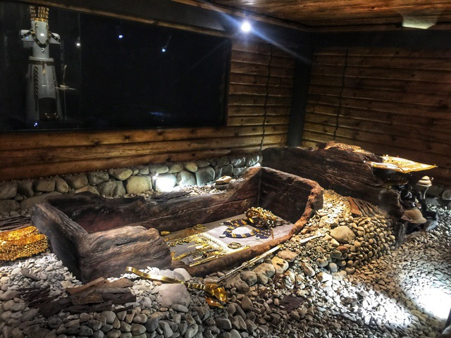 Những cỗ quan tài dát đầy trang sức bên trong lăng mộ.