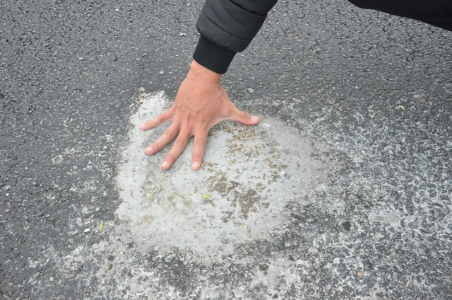 Một điểm bong tróc rất lớn đã được trám lại bằng bê tông. Theo ông Phạm Tấn Lực (xã Bình Trung), điểm bong tróc này vừa được trám bê tông vào sáng 27/11 nhưng đã bắt đầu hư hỏng trở lại.