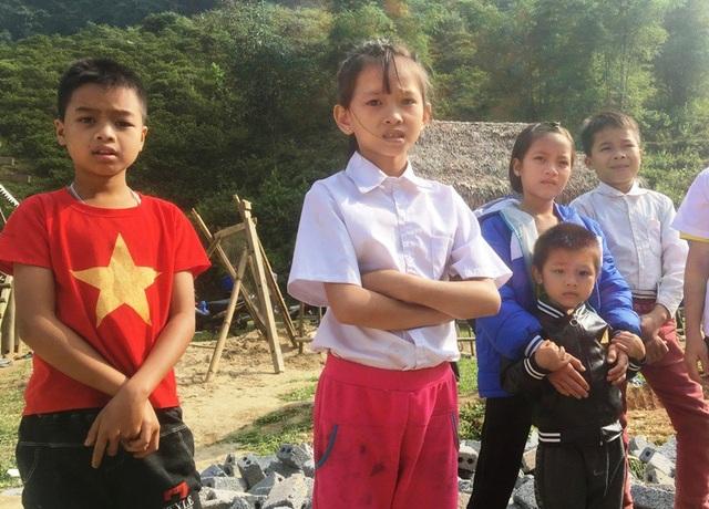 Học sinh nơi đây còn nhiều khó khăn, dù mùa đông đến nhưng các em còn thiếu quần áo ấm.