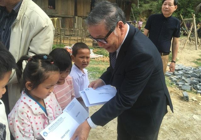 Nhà báo Nguyễn Lương Phán, Phó tổng biên tập báo Dân trí trao học bổng cho các cháu học sinh.