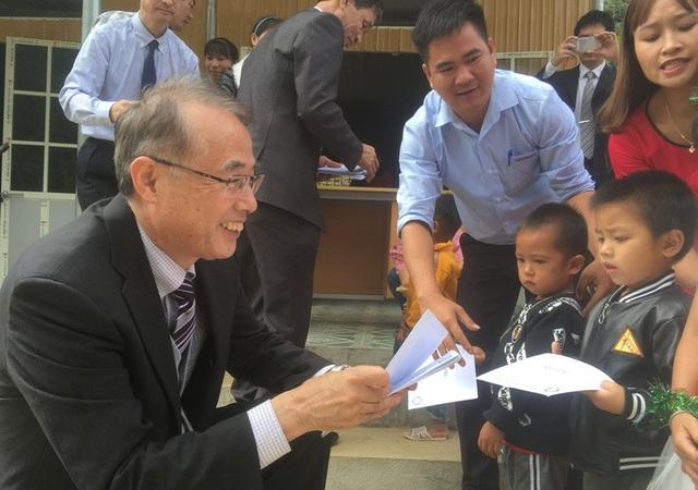 Ông Ota Ichiro trao học bổng khuyến học cho các cháu học sinh.