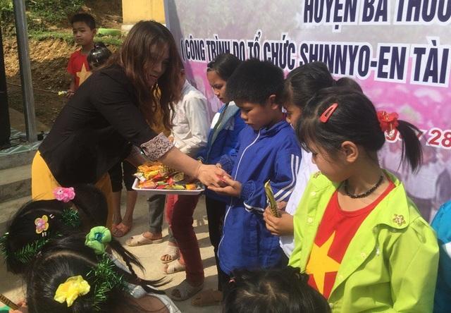 Bà Hoàng Thị Bài, đại diện Quỹ Khuyến học Việt Nam phát quà cho các cháu học sinh.
