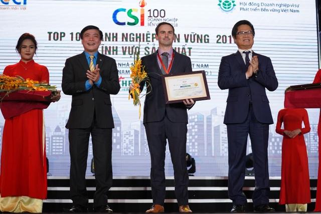 Chủ tịch Tổng Liên đoàn Lao động Bùi Văn Cường và Chủ tịch VCCI Vũ Tiến Lộc trao tặng danh hiệu Doanh nghiệp Bền vững nhất Việt Nam năm 2018 (lĩnh vực sản xuất) cho đại diện HEINEKEN Việt Nam