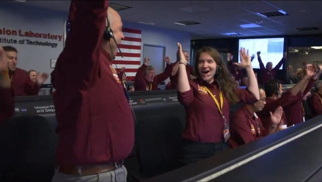 Đội phụ trách InSight của NASA vỡ òa xúc cảm sau khi nhận tín hiệu xác nhận tàu do thám đáp thành công trên sao Hỏa. Ảnh: NASA/B. Ingalls.