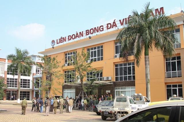 Nhiều người hâm mộ có mặt tại Liên đoàn Bóng đá Việt Nam (VFF).