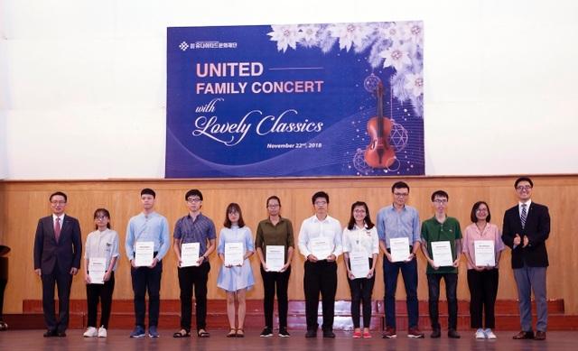 Ông Yang Jin Young - Tổng giám đốc Korea United Pharm trao học bổng cho sinh viên.