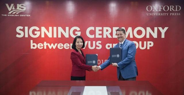 Bà Lê Quang Thục Quỳnh - CEO của VUS và ông Eric Vogt - đại diện NXB ĐH Oxford trong buổi lễ ký kết hợp tác 2018.