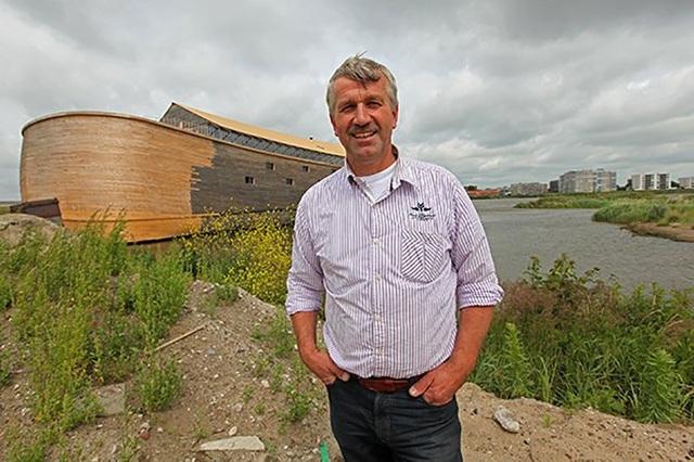 "Johan Huibers bên con tàu Noah ""bản sao"" nổi tiếng."
