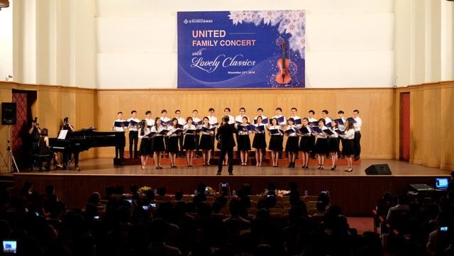 Phần trình diễn đầy tự tin của dàn hợp xướng United Youth Harmony Choir.