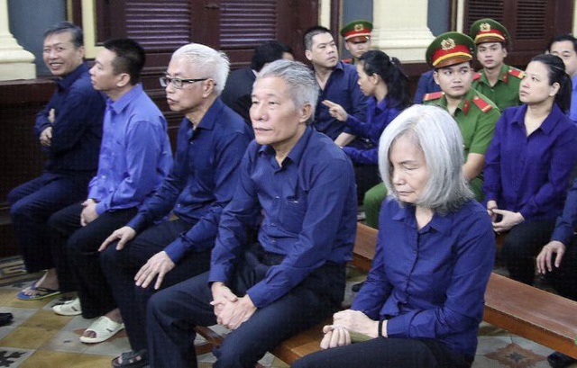 Bà Nguyễn Thị Kim Xuyến cùng các đồng phạm tại phiên xử.