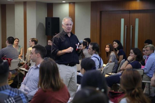 Các chuyên gia, nhà biên soạn sách nổi tiếng từ NXB ĐH Oxford trực tiếp tham gia hướng dẫn trong các buổi tập huấn định kỳ tổ chức cho giáo viên VUS.