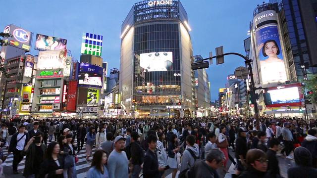 Giao lộ Shibuya, một trong những nơi đông đúc nhất tại Tokyo, nơi có thể có tới hàng nghìn người đi bộ qua lại mỗi khi đèn xanh bật sáng. (Ảnh: VideoBlocks)